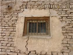 レンガ造りの壁と窓