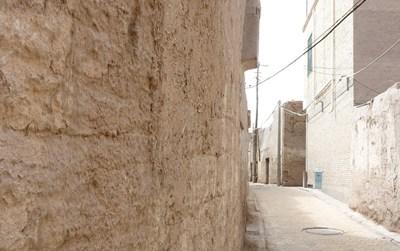 しっくいの壁とレンガの街並み