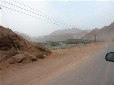 道路の脇に赤い土