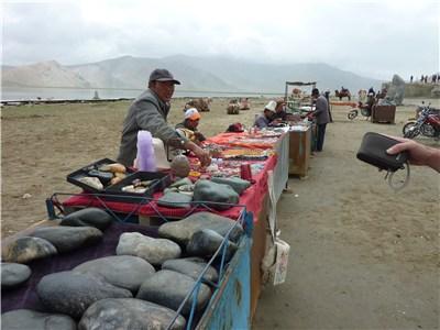 石を売るウイグル族の人たち
