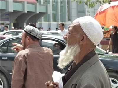 ウイグル帽をかぶる男性