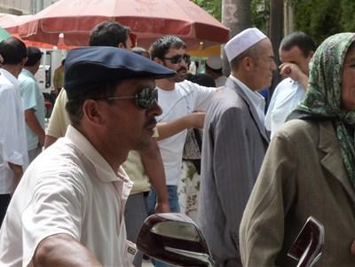 ハンチング帽をかぶる男性