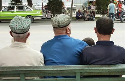 バス停のベンチに座る人たち