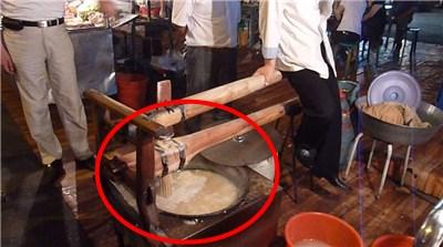麺を押し出しているところ