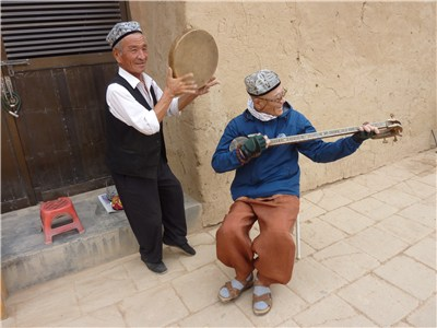 ウイグル族のおじいさんと韓国人観光客のコラボ