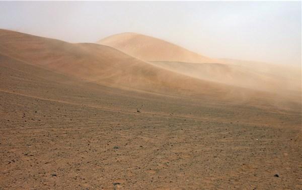 砂漠の山に風が吹く