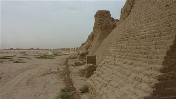 奥に広がる城壁