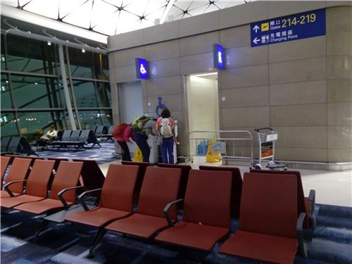 空港内の水汲み場