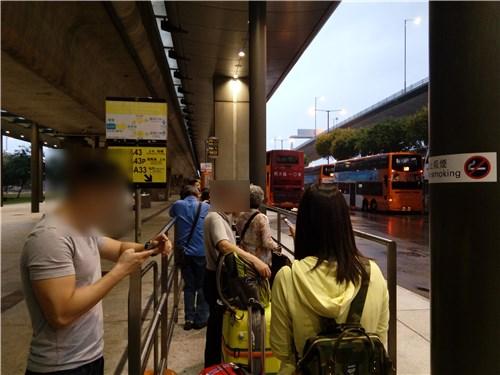 バス待ちの人々